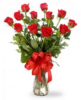 Trabzon cicek , cicekci  12 adet kırmızı güllerden vazo tanzimi
