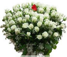 Trabzon hediye sevgilime hediye çiçek  100 adet beyaz 1 adet kirmizi gül buketi