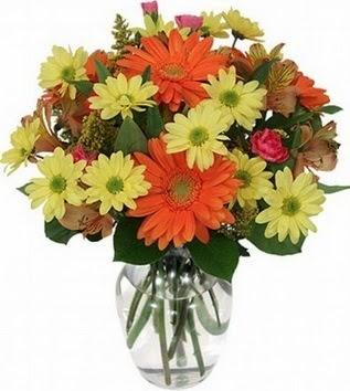Trabzon çiçek gönderme sitemiz güvenlidir  vazo içerisinde karışık mevsim çiçekleri