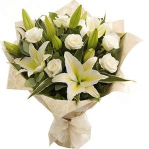 Trabzon İnternetten çiçek siparişi  3 dal kazablanka ve 7 adet beyaz gül buketi